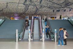 Concorso di nuova stazione ferroviaria Delft con i viaggiatori alla scala mobile Fotografie Stock