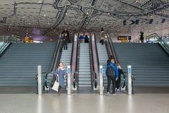 Concorso di nuova stazione ferroviaria Delft con i viaggiatori alla scala mobile Fotografie Stock Libere da Diritti