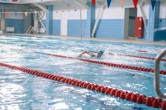 Concours dans la piscine Enfants dans la piscine sans visage Jet dans la piscine Bain pour la vitesse photos stock