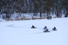 Concours de kart emballant sur la glace de la rivière photo libre de droits