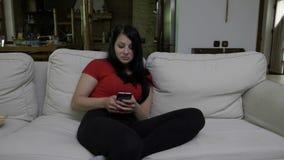 Concours de observation de femme sur une TV et envoyer le message textuel de participer clips vidéos