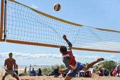 Concours de ville sur le volleyball de plage Images stock