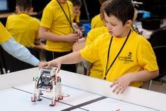 Concours des robots parmi des étudiants d'école Images libres de droits