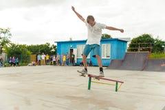 Concours faisant de la planche à roulettes en parc de patin de Pyatigorsk Jeunes planchistes caucasiens montant dans le skatepark Photo libre de droits