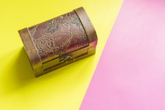 Concpet criativo da arca do tesouro abstrata da caixa de madeira na superfície dobro f da cor foto de stock royalty free