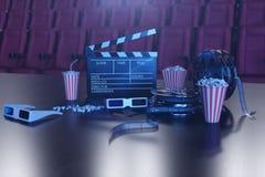 Concpet del film del cinema con popcorn, vetri 3d, la striscia di pellicola, la bobina di film di ciac e due biglietti Concetto d illustrazione di stock