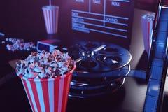 Concpet del film del cinema con popcorn, vetri 3d, la striscia di pellicola, la bobina di film di ciac e due biglietti Concetto d royalty illustrazione gratis