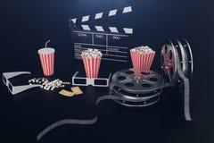 Concpet del film del cinema con popcorn, vetri 3d, la striscia di pellicola, la bobina di film di ciac e due biglietti Il nero di illustrazione di stock