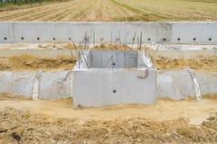 Concreet drainagepijp en mangat in aanbouw Royalty-vrije Stock Afbeelding
