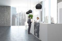 Concreet en marmeren bureau, ontvangstkant, mensen Stock Foto