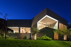 Concreet huis, nachtscène royalty-vrije stock fotografie