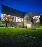 Concreet huis, nachtscène stock afbeelding