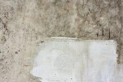 Concreet muurfragment Oude vuile cementtextuur met tekorten Grungeoppervlakte met barsten en doorstaan royalty-vrije stock fotografie