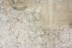 Concreet muurfragment Oude vuile cementtextuur met tekorten Grungeoppervlakte met barsten en doorstaan royalty-vrije stock afbeelding
