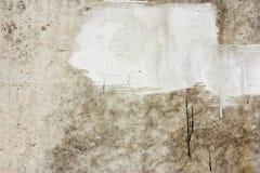 Concreet muurfragment Oude vuile cementtextuur met tekorten Grungeoppervlakte met barsten en doorstaan royalty-vrije stock afbeeldingen