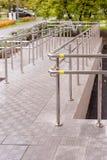 Concret与不锈钢扶手栏杆的舷梯方式支持轮椅障碍人们的 背景弄脏了关心概念表面健康防护屏蔽的药片 复制空间 库存图片