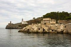 Concret kuber och hav-ljus i Mallorca Arkivfoton