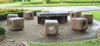 Concrete bank in het park royalty-vrije stock afbeeldingen