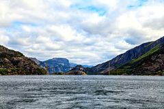 Concrete brug over het overzees tussen de twee fjorden Royalty-vrije Stock Afbeelding