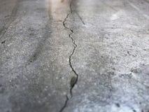 Concrete cementmuur met barst in de industriële bouw royalty-vrije stock fotografie