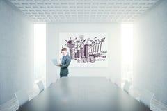 Concrete conferentieruimte met lege banner Royalty-vrije Stock Afbeeldingen