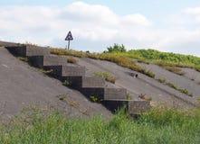 Concrete die trap door gras wordt omringd die tot een kustweg langs het ribble estuarium dichtbij southport Merseyside met a leid royalty-vrije stock afbeeldingen