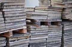 Concrete die vloerplaten omhoog bij bouwwerf worden gestapeld royalty-vrije stock foto