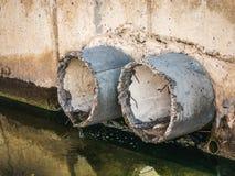 Concrete drainage of rioleringspijpen, vuile water en milieuverontreiniging stock foto's