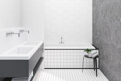 Concrete en witte betegelde badkamers Stock Foto's