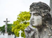 Concrete Engel bovenop grafsteen bij begraafplaats stock foto