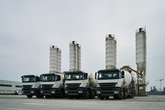 Concrete fabriek met silo's en vrachtwagens Stock Foto's
