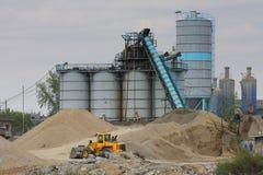 Concrete fabriek met zware machines stock afbeelding