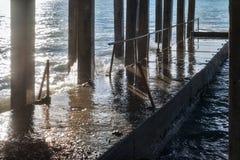 Concrete golfbreker met concrete kolommen tijdens een onweer in zonnige dag royalty-vrije stock fotografie