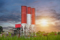 Concrete het mengen zich installaties, Concrete het mengen zich silo, plaatsbouw Stock Fotografie