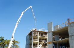 Concrete Highrise bouwwerf, Concrete Pumper met opgeheven boom Royalty-vrije Stock Afbeelding