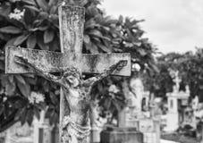 Concrete Jesus op kruis bij begraafplaats royalty-vrije stock foto's