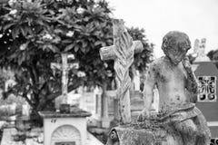 Concrete jongen bovenop grafsteen bij begraafplaats royalty-vrije stock afbeeldingen