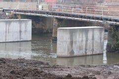 Concrete kolommen in het water, brugbouw op de Olt-rivier stock foto's