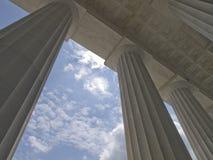 Concrete kolommen met blauwe hemel stock fotografie