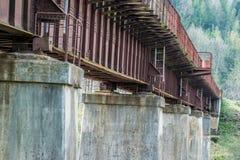 Concrete kolommen van de oude brug van de ijzerspoorweg stock foto's