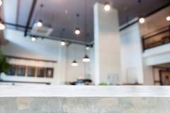 Concrete lijstbovenkant met de abstracte winkel van de onduidelijk beeldkoffie Stock Afbeeldingen