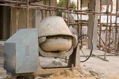 Concrete mixer bij bouwwerf stock afbeelding