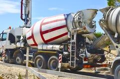 Concrete mixer voor het vervoer Stock Afbeeldingen