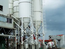 Concrete mixertoren met controlepost en concrete mixertru Stock Foto
