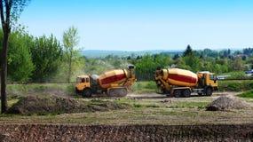 Concrete mixervrachtwagens Stock Foto's