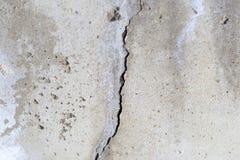 Concrete muur er is een barst daarin Textuur overtreden bouwtechnologie royalty-vrije stock afbeelding