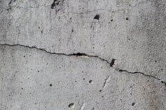 Concrete muur er is een barst daarin Textuur overtreden bouwtechnologie stock afbeelding