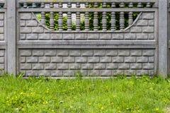 Concrete omheining met decoratieve motieven stock fotografie