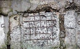 Concrete oppervlakte met zichtbare verbindingen en versterkingsbars Stock Afbeeldingen