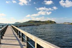 Concrete pier met traliewerk over overzees Royalty-vrije Stock Foto